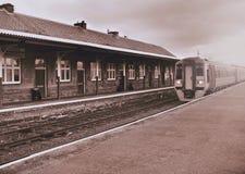 Местный тепловозный поезд приезжает к станции на время вечера Стоковое Изображение RF