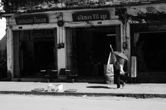 Местный человек и зонтик, Luang Prabang Стоковая Фотография RF