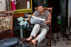 Местный человек читая газету Стоковые Изображения RF