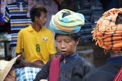 3 местных женщины имея болтовню на рынке Стоковые Изображения