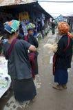 3 местных женщины имея болтовню на рынке Стоковые Фотографии RF