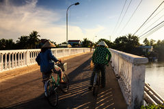 2 местных женщины на пути к местному рынку, Cua Dai, Quang Nam Стоковое Фото