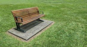 Место деревянной скамьи в парке Стоковое фото RF