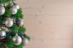 Место для вашего текста, красивая предпосылка при украшенная рождественская елка украшенная с серебряными шариками, космос экземп Стоковое фото RF