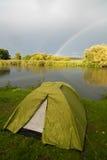 Место для лагеря наряду с озером Стоковая Фотография