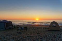 Место для лагеря на заходе солнца на каркасном побережье, Намибии стоковое изображение