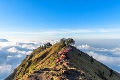 Место для лагеря на оправе кратера держателя Rinjani на заходе солнца Lombok Стоковые Фотографии RF