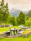 Место для лагеря с столом для пикника в норвежских горах Стоковое фото RF