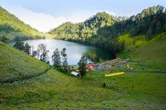 Место для лагеря kumbolo Ranu Стоковые Фотографии RF