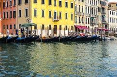 Место для парковки гондолы Венеции на грандиозном канале, Италии Стоковая Фотография RF