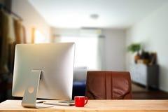 Место для работы вида спереди с компьютером, стоковое фото