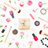 Место для работы красоты женщины с подарочной коробкой, розовыми розами, косметиками, дневником на белой предпосылке Взгляд сверх Стоковая Фотография