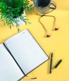 Место для работы - творческое плоское фото рабочего стола Стол офиса взгляда сверху с ноутбуком, тетрадью и еженедельником против стоковое фото rf