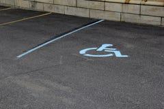 Место для стоянки с линиями для автомобилей и хорошо маркированного с ограниченными возможностями пятна Стоковое Изображение RF