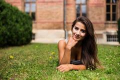 место девушки вниз на траве Стоковое Изображение RF