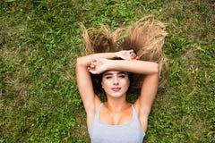 место девушки вниз на траве Стоковая Фотография RF