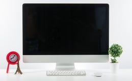 Место дела работы с с клавиатурой монитора компьютера и a Стоковое фото RF