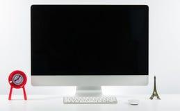 Место дела работы с с клавиатурой монитора компьютера и a Стоковое Изображение RF