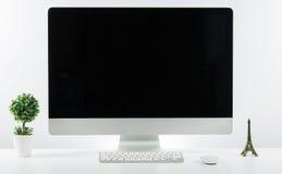Место дела работы с с клавиатурой монитора компьютера и a Стоковая Фотография