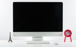 Место дела работы с с клавиатурой монитора компьютера и a Стоковая Фотография RF
