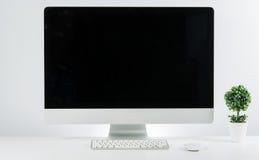 Место дела работы с с клавиатурой монитора компьютера и j Стоковая Фотография