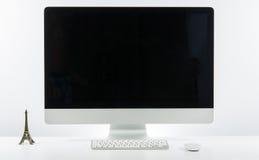 Место дела работы с с клавиатурой монитора компьютера и p Стоковая Фотография