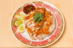 Место жареной курицы на верхней части рис с огурцами и соусом стоковые изображения