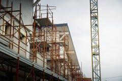 Место жилищного строительства с краном башни стоковые фотографии rf