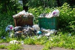 Место захоронения отходов, свалка мусора в парке города Стоковое Изображение
