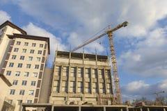 Место индустриального строительства с краном Средний-размера в процессе Горизонтальная ориентация изображения Стоковые Фото