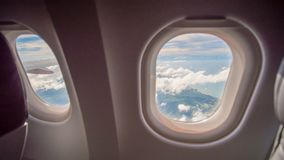 Место и окно самолета внутри воздушного судна Стоковая Фотография