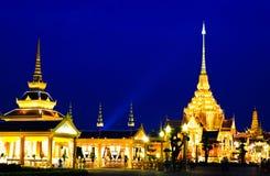место ночи crematorium королевское тайское стоковая фотография
