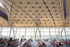 Место ожидания в стробе авиапорта на международном аэропорте Гонконга Стоковые Фотографии RF