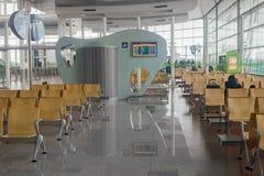 Место ожидания на авиапорте с сиротливым пассажиром Стоковое Изображение