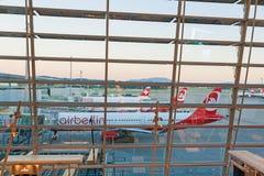 Место ожидания Цюриха авиапорта с взглядом авиаполя Стоковое фото RF