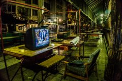 Место отдыха с телевидением принадлежа предохранителю ночи в Eger, Венгрии позаботить о зала рынка городка в полночи стоковое изображение rf