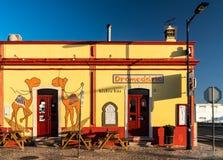 Место партии бара Dromedario известное для серферов в Алгарве стоковые фото