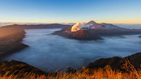 Место перемещения природы ориентир ориентира восхода солнца вулкана Bromo промежутка времени Индонезии 4K сток-видео