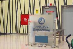 Место переупаковывать багажа на авиапорте Дубай, UAE Стоковые Изображения