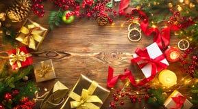 место праздника предпосылки обрамленное рождеством Красочные в оболочке подарочные коробки, красивый фон Xmas и Нового Года с под стоковые фотографии rf