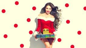 место праздника предпосылки обрамленное рождеством santa сексуальный Девушка красоты модельная держа подарки Стоковые Фото