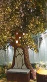 Место приветствию ` s Санты на причудливом саде, предусматриванном в цветенях и украшенном с светами мерцания Стоковое фото RF