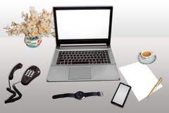 Место работы с белой бумагой телефона телефона настольного компьютера компьтер-книжки умной и ручка при изолированный чай утра стоковые фотографии rf