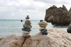 Место рождения утеса моря Афродиты похожие на Дзэн камни на пляже Стоковые Изображения RF
