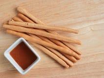 Место ручек домодельного хлеба на деревянном подносе с чашкой карамельки s Стоковые Изображения