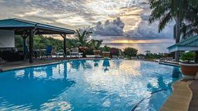 Место салона с бассейном и взгляд на океане Стоковые Изображения RF