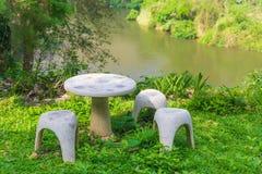 Место сада камня или таблицы камня и стенды в саде Стоковое фото RF