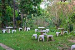 Место сада камня или таблицы камня и стенды в саде Стоковые Фото