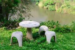 Место сада камня или таблицы камня и стенды в саде Стоковые Изображения RF
