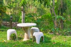 Место сада камня или таблицы камня и стенды в саде Стоковое Изображение RF